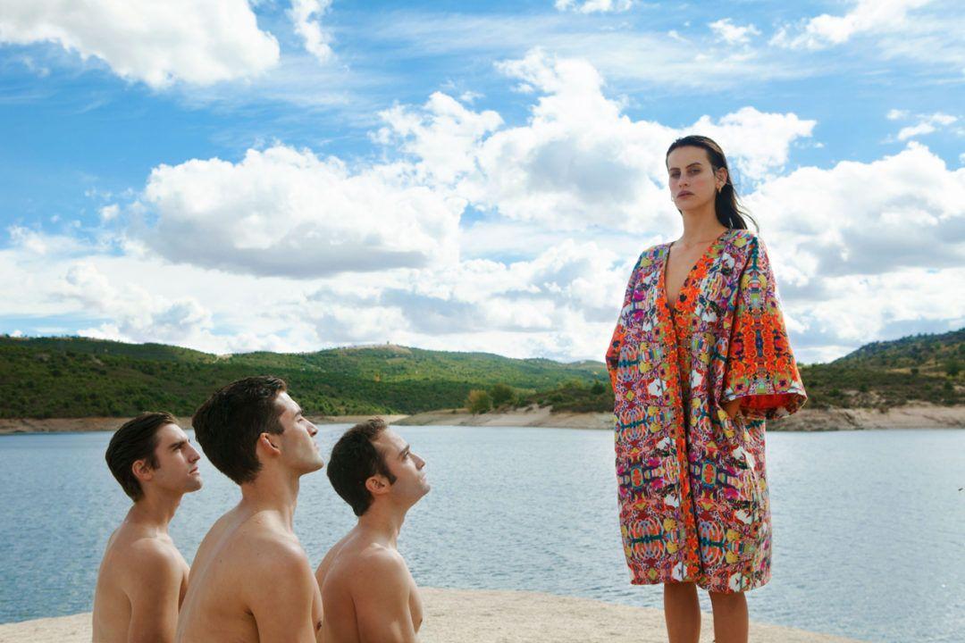 Mnémosyne Chicos mirando a chica con kimono