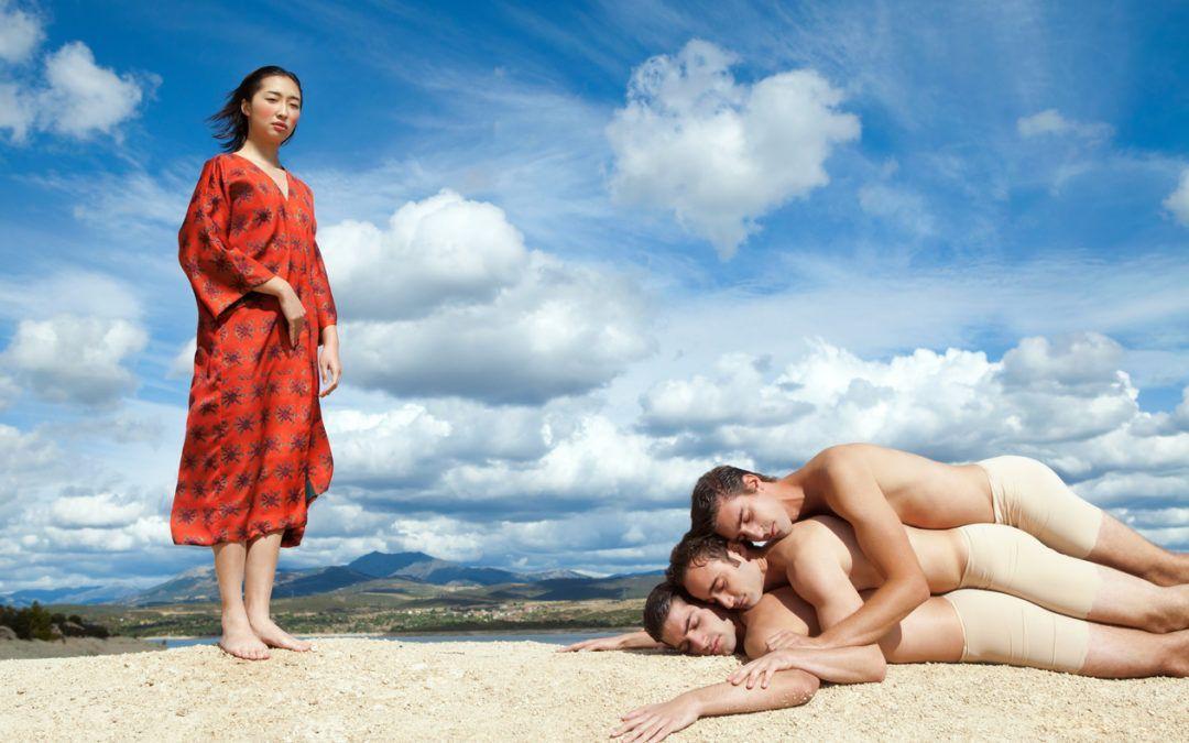 Mnémosyne Chica con kimono y chicos tumbados