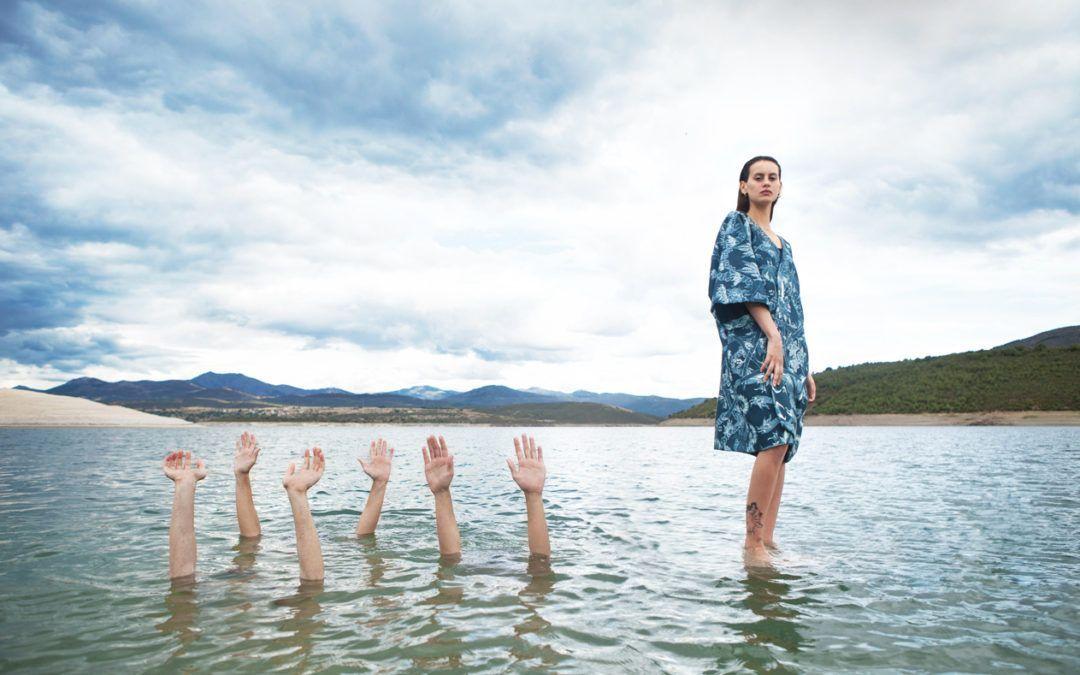 Mnémosyne Chica con kimono y brazos en el agua
