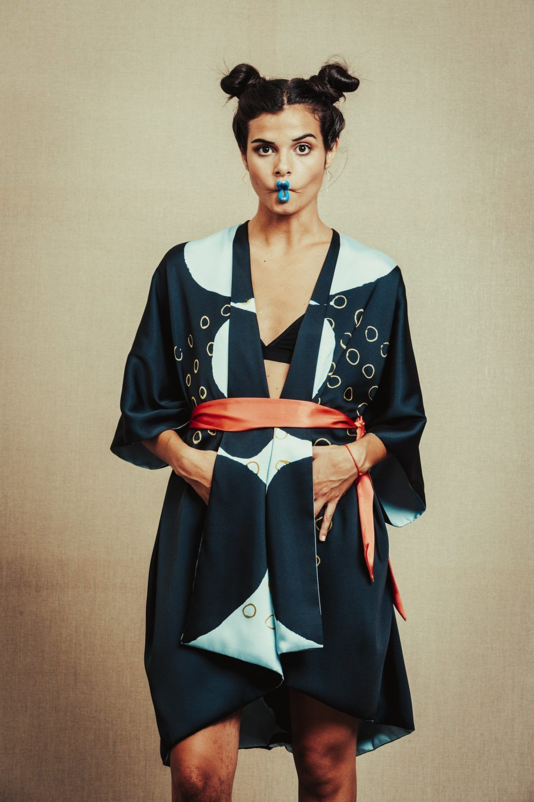 Papartus Mujer con kimono y labios azules