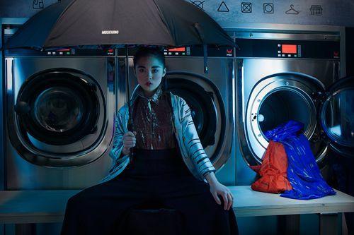 Sotomayor Chica con bolsas en la lavandería