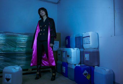 Sotomayor Chica con abrigo azul