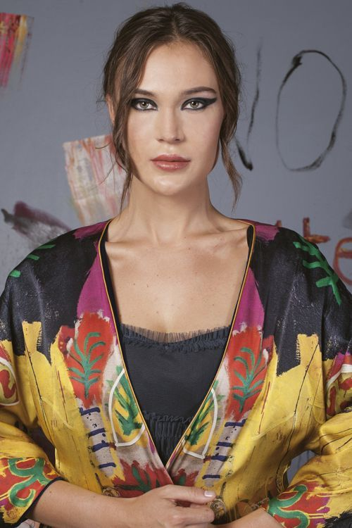 Sotomayor Chica retrato con kimono estampado