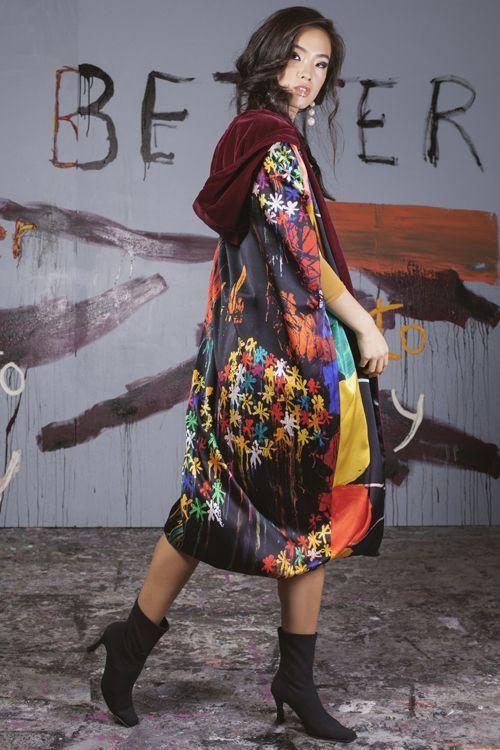 Serendipity Mujer con kimono andando de espaldas