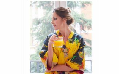 Mar Flores con un kimono Rainy Yellow en Vanitatis